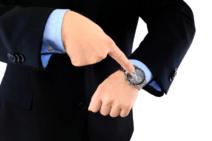 Absence ou retard du salarié : la retenue sur salaire autorisée