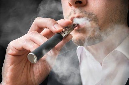 La cigarette électronique bientôt interdite en open space