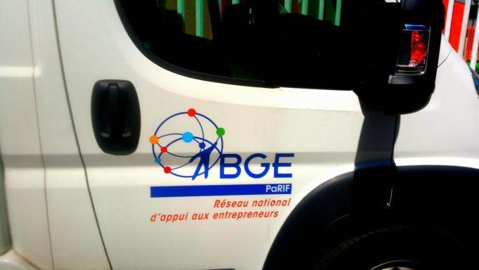 Le bus de la création d'entreprise recherche les futurs entrepreneurs dans les cités d'Île-de-France